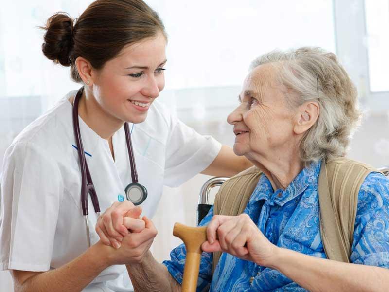 Γυναίκα ιατρός αγκαλιάζει ηλικιωμένη γυναίκα