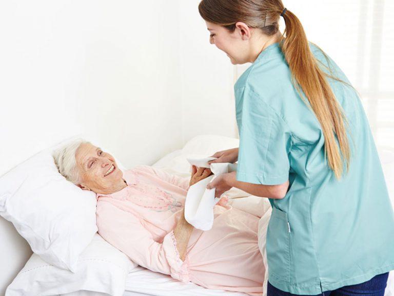 Νοσηλεύτρια φροντίζει για την προσωπική καθαριότητα ηλικιωμένης