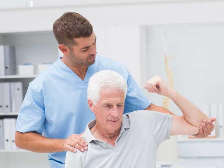 Φυσικοθεραπευτής φροντίζει ηλικιωμένο