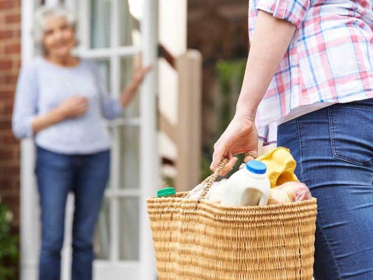 Γυναίκα με ψώνια τα παραδίδει σε ηλικιωμένη