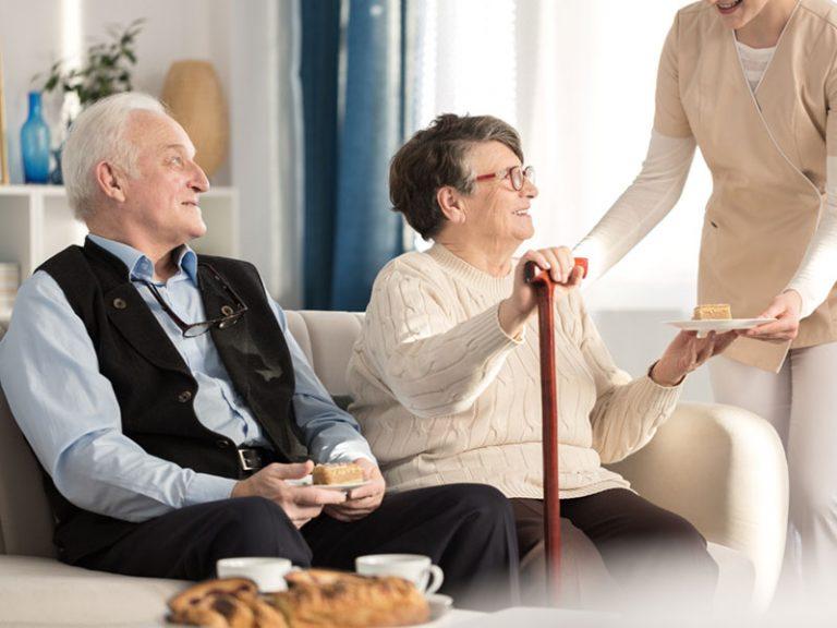 Νοσοκόμα σερβίρει σε ζευγάρι ηλικιωμένων