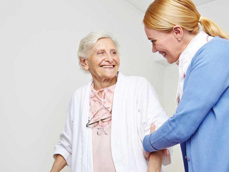 Γυναίκα κρατάει από το χέρι ηλικιωμένη