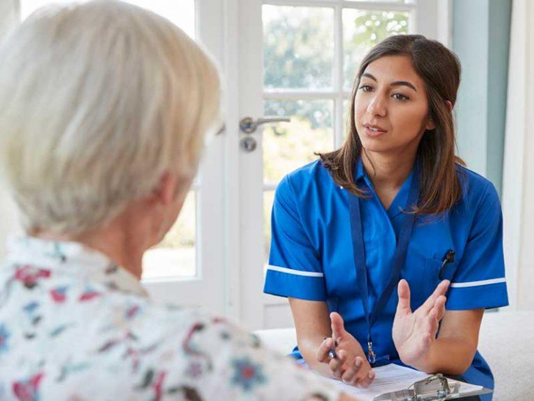 Νεαρή ιατρός συνομιλεί με ηλικιωμένη ασθενή