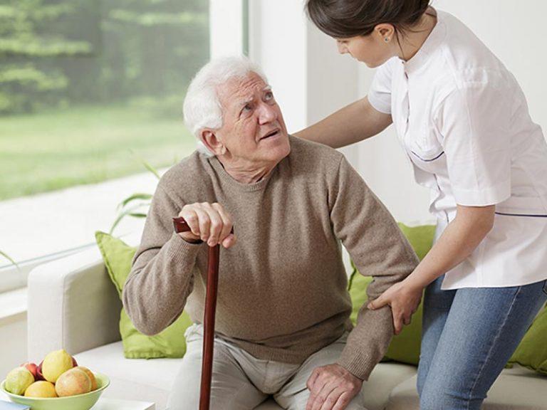 Ηλικιωμένος δέχεται υποστήριξη από εξειδικευμένη νοσηλεύτρια