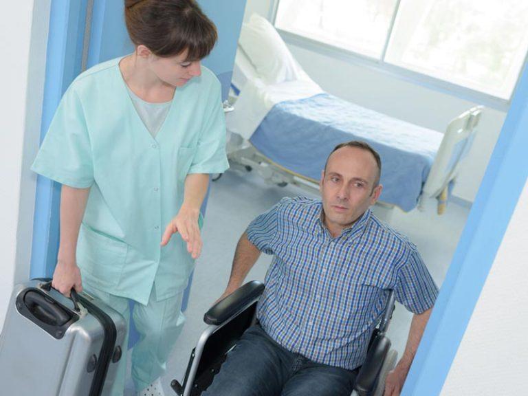 Άνθρωπος με αναπηρία δέχεται βοήθεια από νοσοκόμα